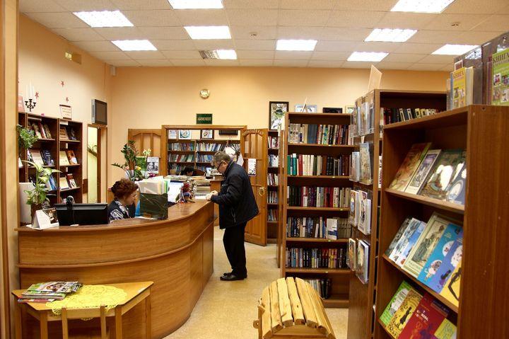 Мужчина в библиотеке