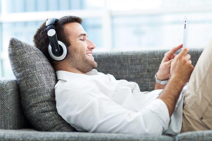 Мужчина слушает музыку
