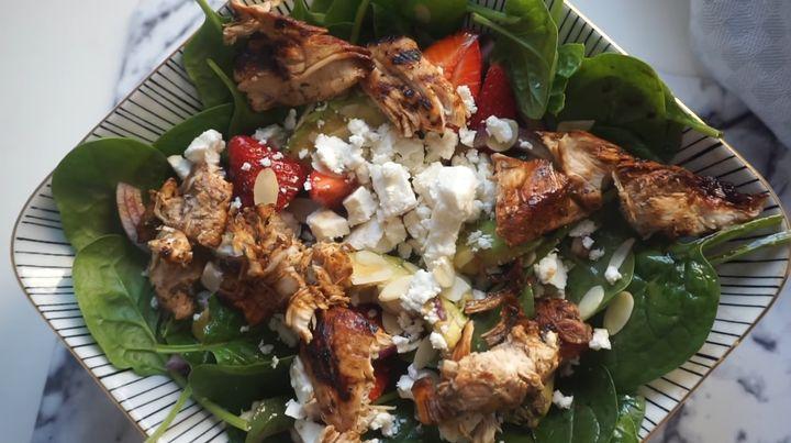Салат с клубникой и жаренной курицей