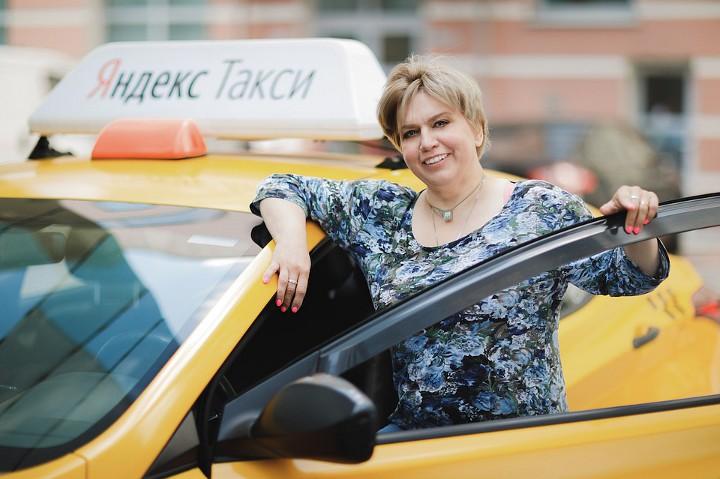 таксист рядом с машиной