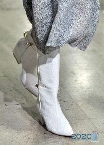 Модные белые сапоги 2020 года
