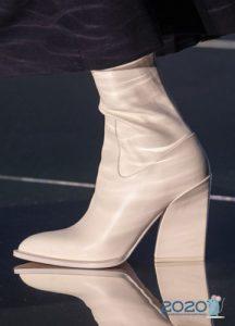 Белые сапоги на устойчивом каблуке - тренд 2020 года