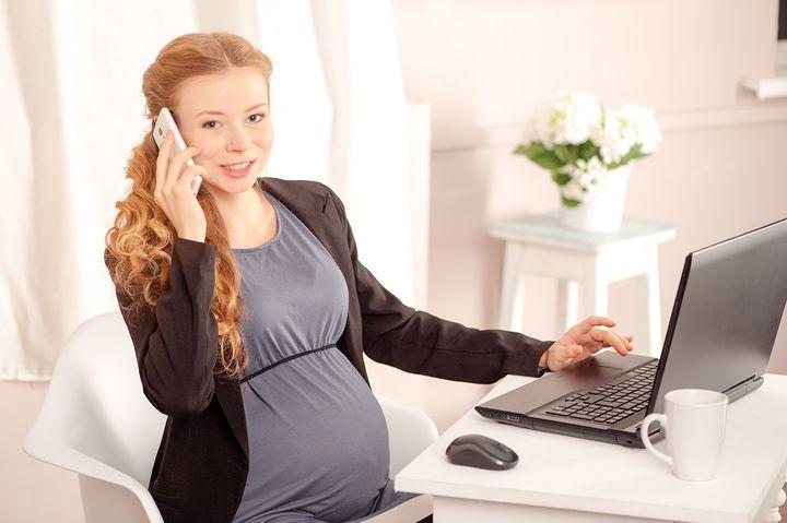 Беременная девушка разговаривает по телефону