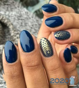 Модный синий маникюр на 2020 год