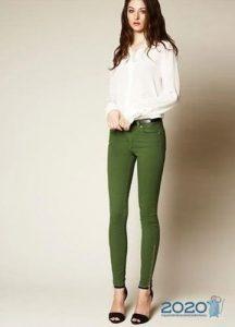 Модные зеленые джинсы осень-зима 2019-2020