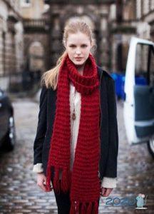 Узкий вязаный шарф - мода 2020 года