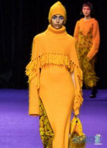 Оранжевое вязаное платье осень-зима 2019-2020