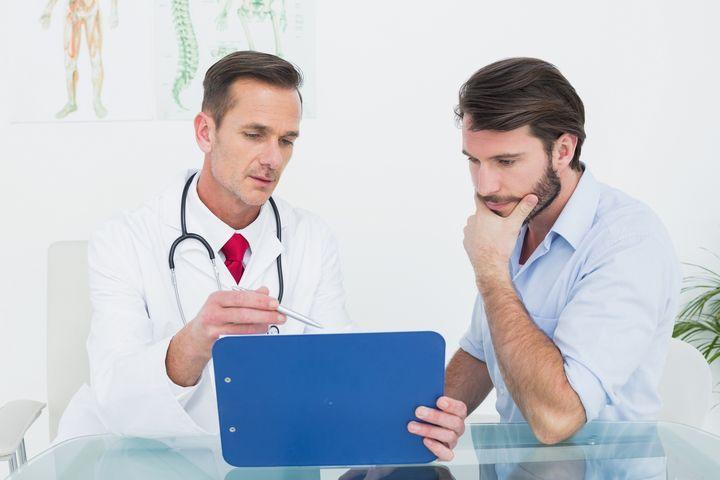 Мужчина на осмотре у доктора