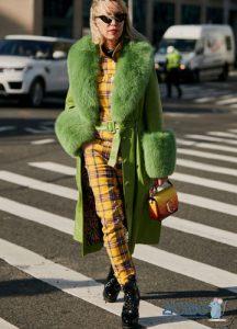 Желтый комбинезон в клетку уличная мода 2019-2020 года