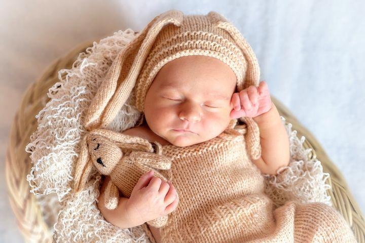 Новорожденный малыш в костюме зайца
