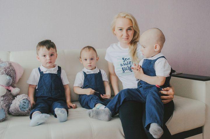 Молодая мама с тремя детьми