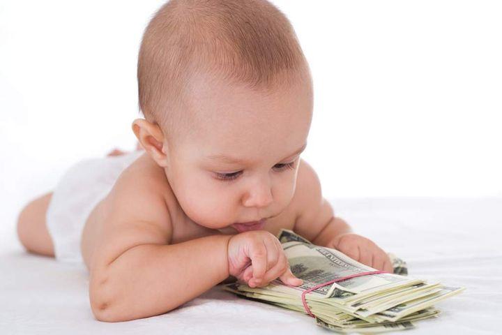 Ребенок с пачкой долларов
