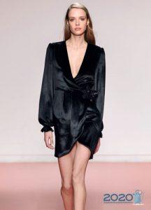 Короткое черное платье с запахом осень-зима 2019-2020