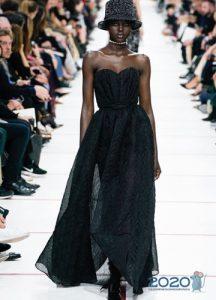 Длинное черное платье с открытыми плечами осень-зима 2019-2020
