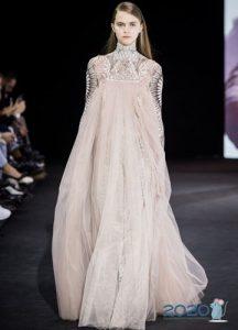 Платье в нюдовых тонах - тренд сезона осень-зима 2019-2020