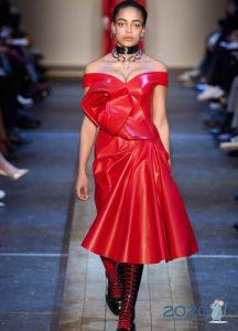 Кожаное платье Alexander McQueen осень-зима 2019-2020