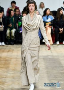 Светлое платье асиммерия - мода зимы 2019-2020