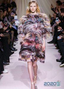 Декор платьев в 2020 году - мех и перья