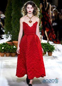 Красное стеганое платье