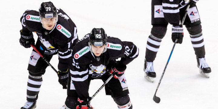 хоккеисты ХК Трактор на льду