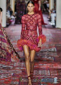 Zuhair Murad осень-зима 2019-2020 короткое платье с перьями