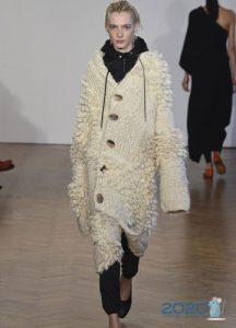 Белое вязаное пальто на зиму 2019-2020 года
