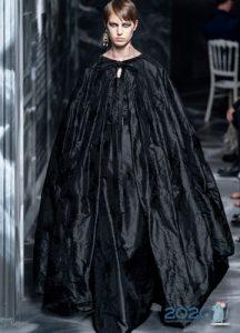 Объемный плащ Christian Dior осень-зима 2019-2020 коллекция от-кутюр