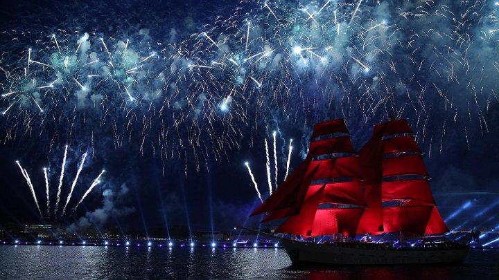 корабль с алыми парусами на фоне фейерверка