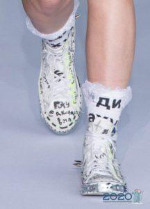 Модные кроссовки с надписями на 2020 год