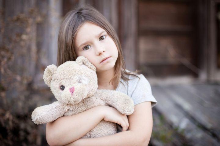 Грустная девочка с медвежонкой