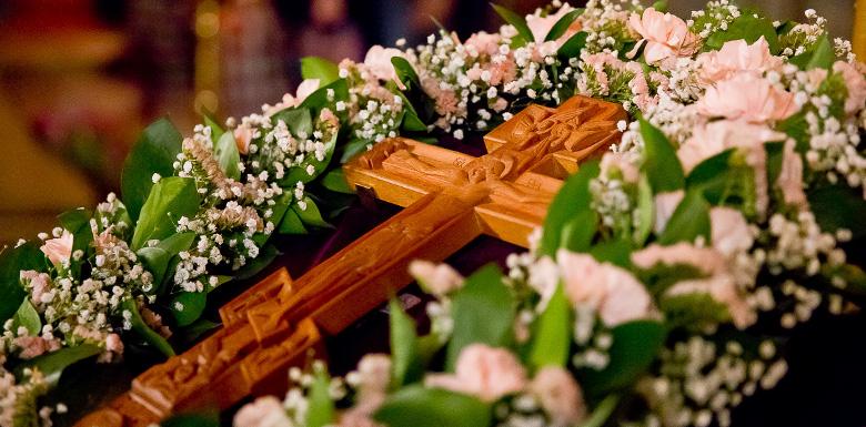 Святой Крест в окружении цветов