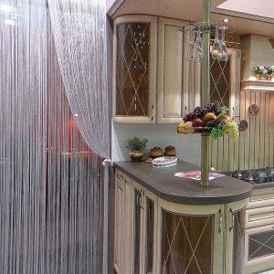 Нитяная штора в интерьере кухни