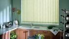 Вертикальные жалюзи - декор кухонного окна