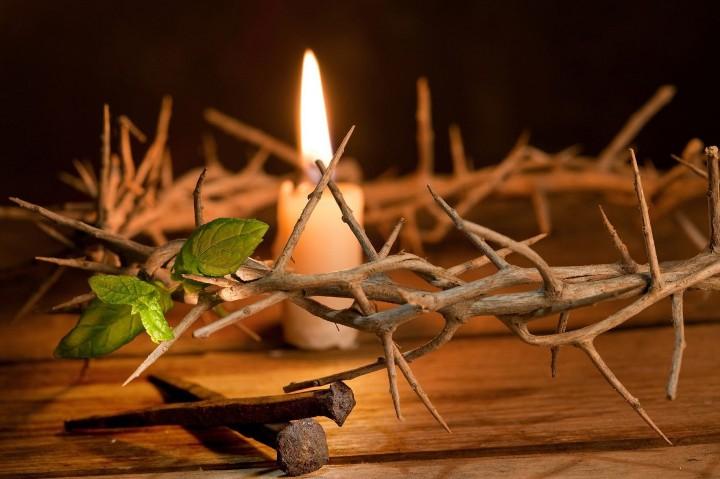 венок Иисуса и свеча