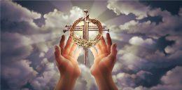 крест, венок Иисуса в руках