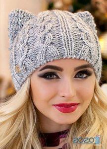 Модная вязаная шапка с ушками на зиму 2019-2020