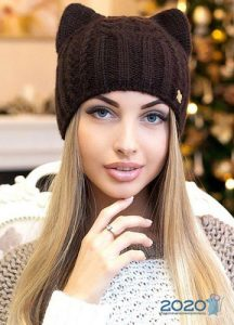 Модная вязаная шапка оттенка шоколад на 2020 год
