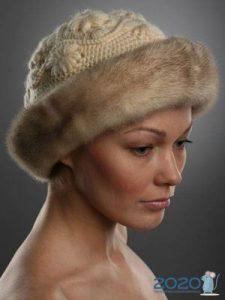 Кремовая вязаная шапка с мехом на зиму 2019-2020 года