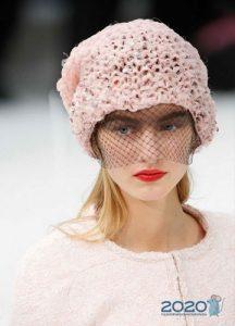 Розовая шапка с вуалью - мода 2020 года