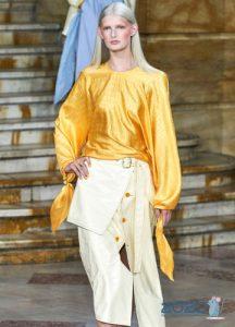 Модная оранжевая блузка весна-лето 2020