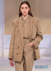 Блузка и пиджак в одном цвете - тренд 2020 года