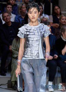Модная серебристая блузка с оборками весна-лето 2020