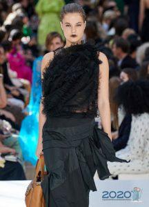 Модная черная асимметричная блузка с оборками весна-лето 2020