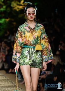 Блузка с широкими рукавами весна-лето 2020