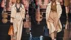 Модные бежевые брюки с завышенной талией сезона весна-лето 2020