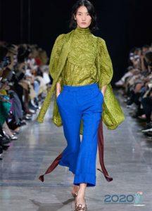 Модные голубые брюки сезона весна-лето 2020