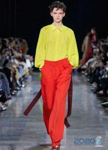 Модные оранжевые брюки сезона весна-лето 2020