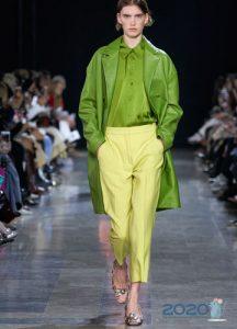 Модные желтые брюки сезона весна-лето 2020