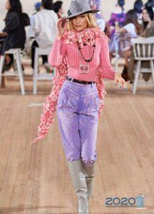 Модные сиреневые джинсы сезона весна-лето 2020