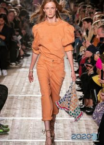 Модные оранжевые джинсы сезона весна-лето 2020